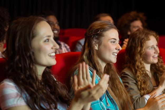 Jovens amigos assistindo a um filme