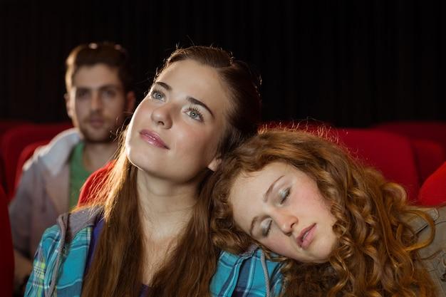 Jovens amigos assistindo um filme