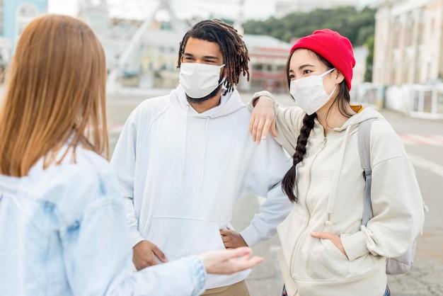 Jovens amigos com máscara