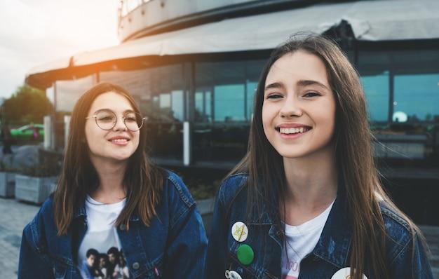 Jovens amigos com sorriso lindo
