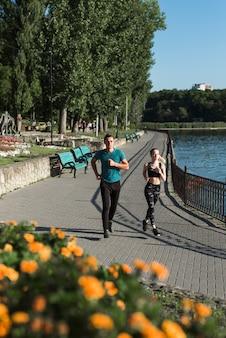 Jovens amigos correndo no parque