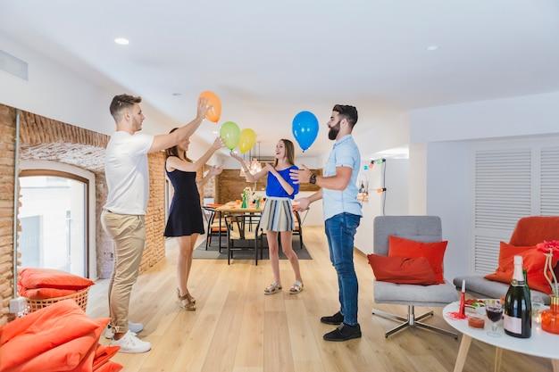 Jovens amigos curtindo o jogo com balões