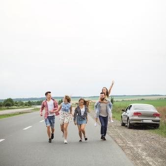 Jovens amigos desfrutando juntos na estrada rural
