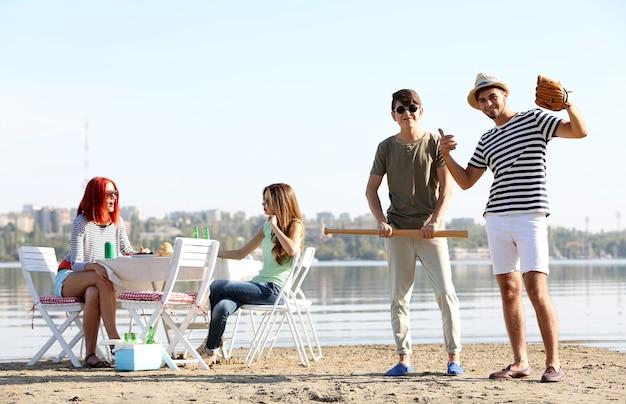 Jovens amigos em repouso, ao ar livre
