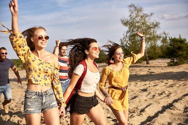 Jovens amigos em uma fileira ao ar livre