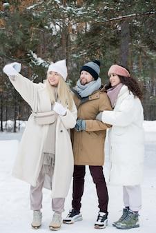 Jovens amigos felizes tirando selfie