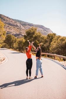 Jovens amigos na estrada rural