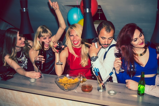 Jovens amigos na festa do bar
