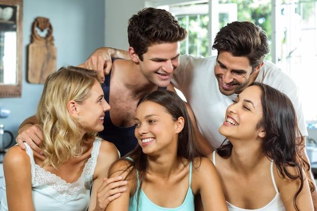 Jovens amigos que passam o tempo de lazer em casa