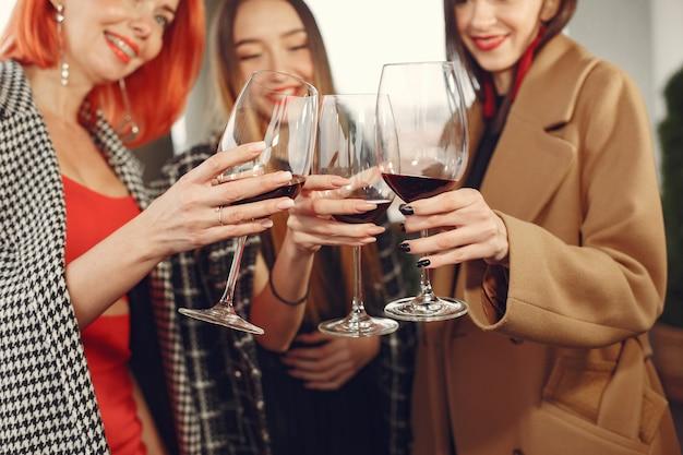 Jovens amigos rindo bebendo vinho rosé em um copo do lado de fora