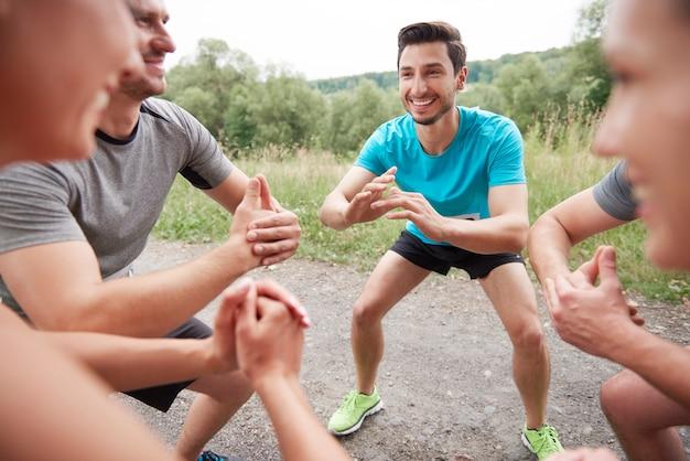 Jovens amigos se preparando para uma maratona