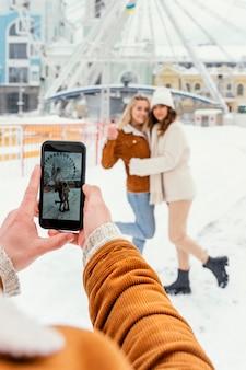 Jovens amigos tirando fotos ao ar livre