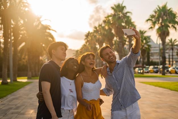 Jovens amigos tirando selfie no smartphone