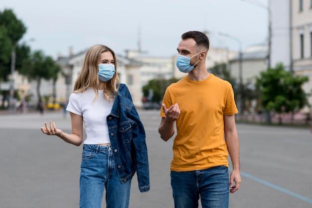Jovens amigos usando máscaras médicas