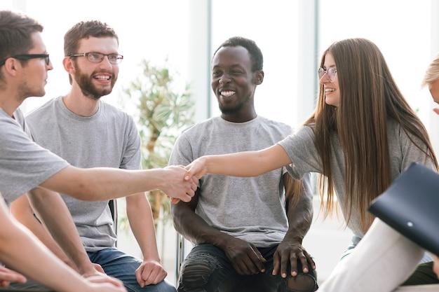 Jovens apertando as mãos durante o colóquio