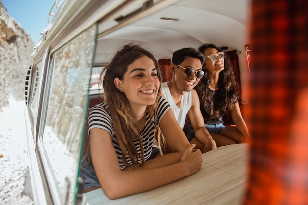 Jovens aproveitam férias dentro de van retrô