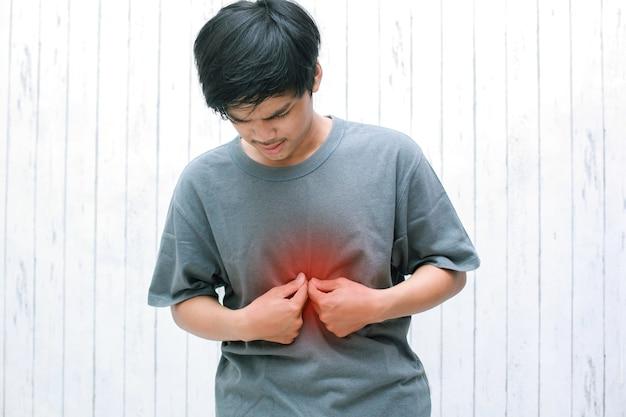 Jovens asiáticos têm sintomas de sensação de queimação no meio do peito causada por refluxo ácido