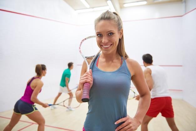 Jovens ativos jogando squash