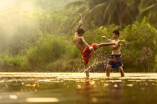 Jovens atletas praticando boxe, tailândia.