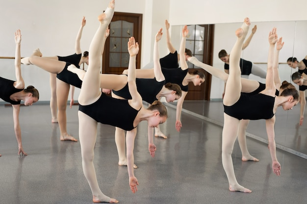 Jovens bailarinas dançando na escola de balé