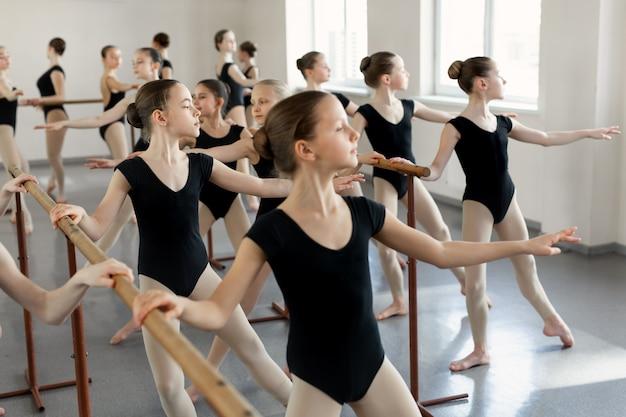 Jovens bailarinas ensaiando na aula de balé