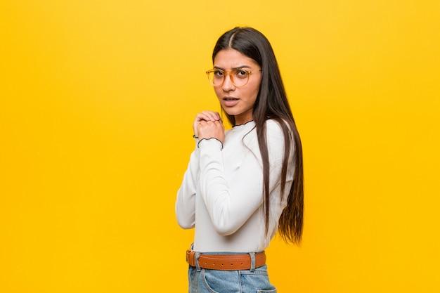 Jovens bonitas mulher árabe contra um amarelo assustado e com medo.