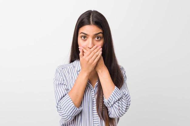 Jovens bonitas mulher chocada cobrindo a boca com as mãos