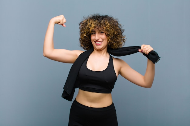 Jovens bonitas mulher esportes vestindo roupas fitness com uma toalha