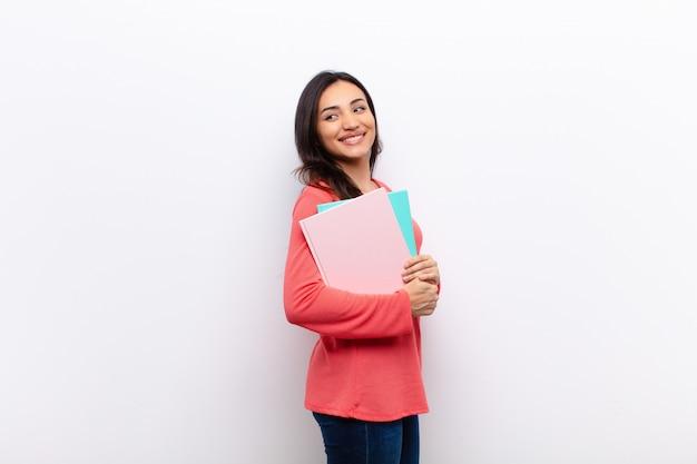 Jovens bonitas mulher segurando cadernos