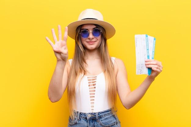 Jovens bonitas mulher viajando mostrando o número quatro