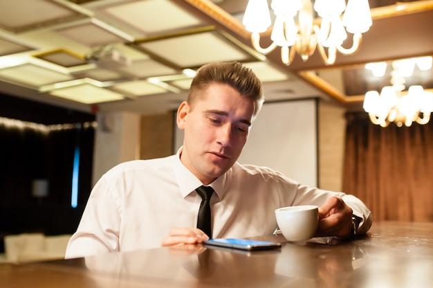 Jovens, café bebendo, e, observar telefone