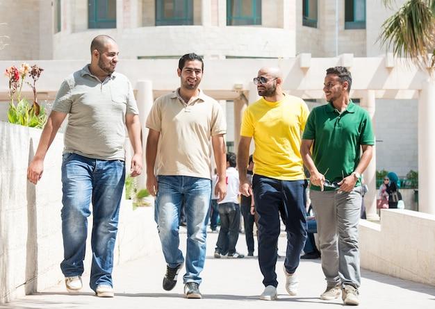 Jovens caminhando juntos