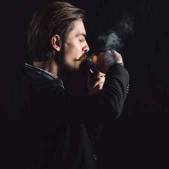 Jovens cavalheiros fumam cachimbo