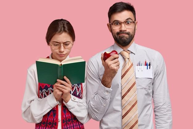 Jovens colegas de trabalho com roupas formais