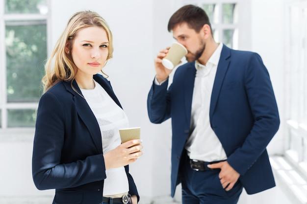Jovens colegas tendo coffee-break no escritório