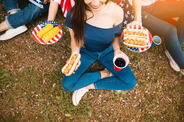 Jovens com comida de rua