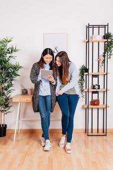 Jovens com tableira no escritório