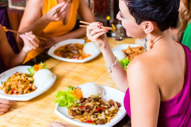 Jovens, comer, em, ásia, restaurante