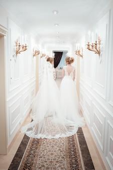 Jovens concurso lindas mulheres em vestidos de noiva