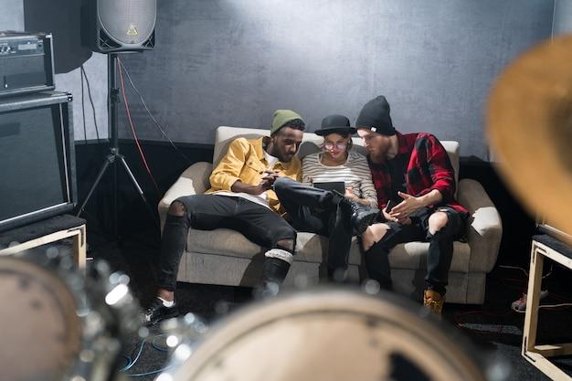 Jovens contemporâneos relaxando no estúdio