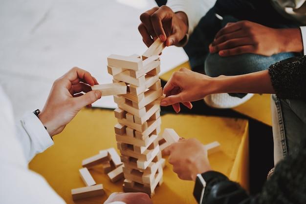 Jovens criadores jogando jenga no lugar de coworking
