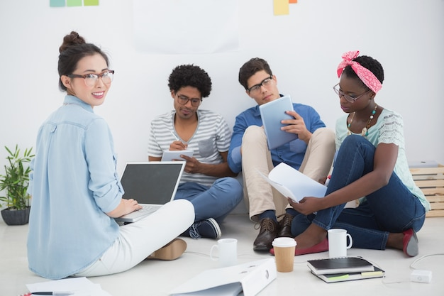 Jovens criativas equipe de brainstorming juntos