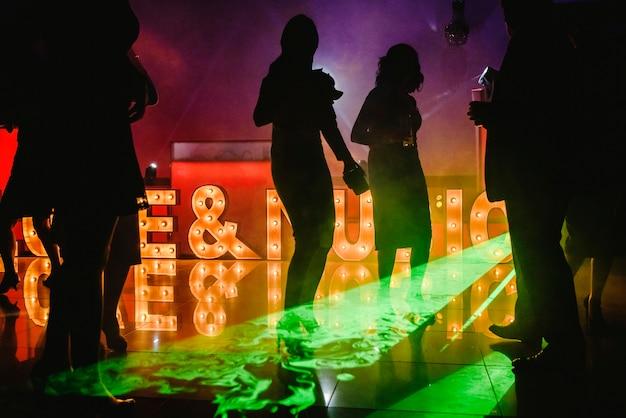 Jovens, dançar, em, noturna, clube
