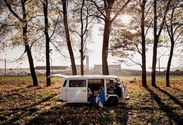 Jovens de risco tomando café dentro de sua van