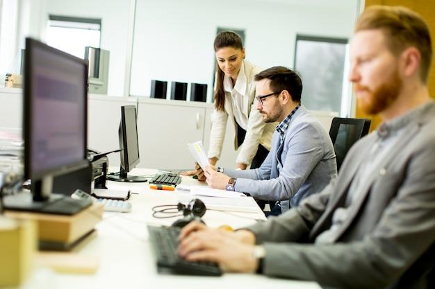 Jovens desenvolvedores trabalhando em um escritório moderno