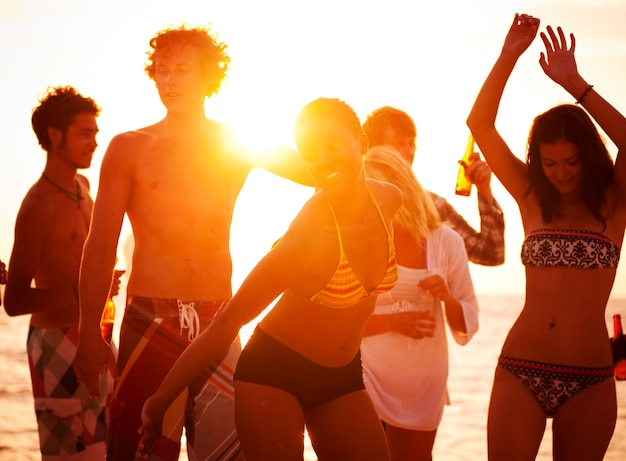Jovens, desfrutando, um, verão, praia, partido