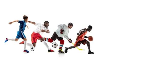 Jovens desportistas correndo e pulando no fundo branco do estúdio. conceito de esporte, movimento, energia e estilo de vida dinâmico e saudável. treinar, praticar em movimento. folheto. basquete, hóquei, futebol.