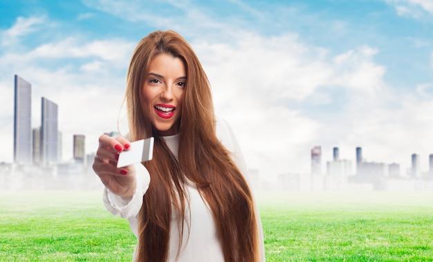 Jovens do sexo feminino que dá o cartão de viagem.