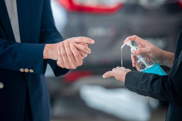 Jovens e jovens empresários lavam as mãos com gel, álcool ou sabão para matar bactérias depois que o vírus da covid-19 se espalhou para impedir a propagação de germes e bactérias.