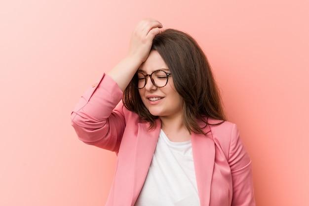 Jovens e mais mulher caucasiana de negócios tamanho esquecendo algo, tapa na testa com a palma da mão e fechar os olhos.